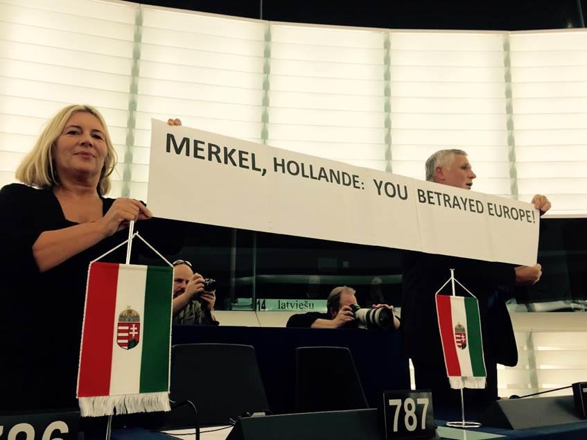 """Morvai és Balczó üzenete a Merkel-beszéd alatt: """"Önök elárulták Európát!"""""""